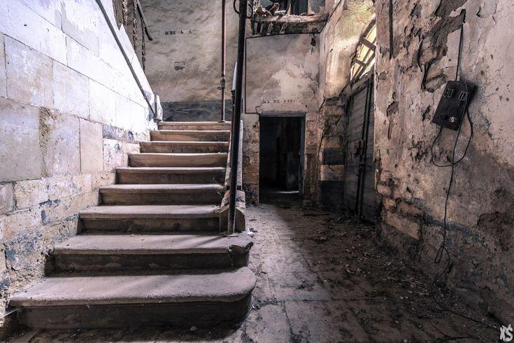 Dans un village endormi du Languedoc-Roussillon se trouve un vieil hôpital abandonné. Une exploration Urbex qui nous emmène dans une autre époque.