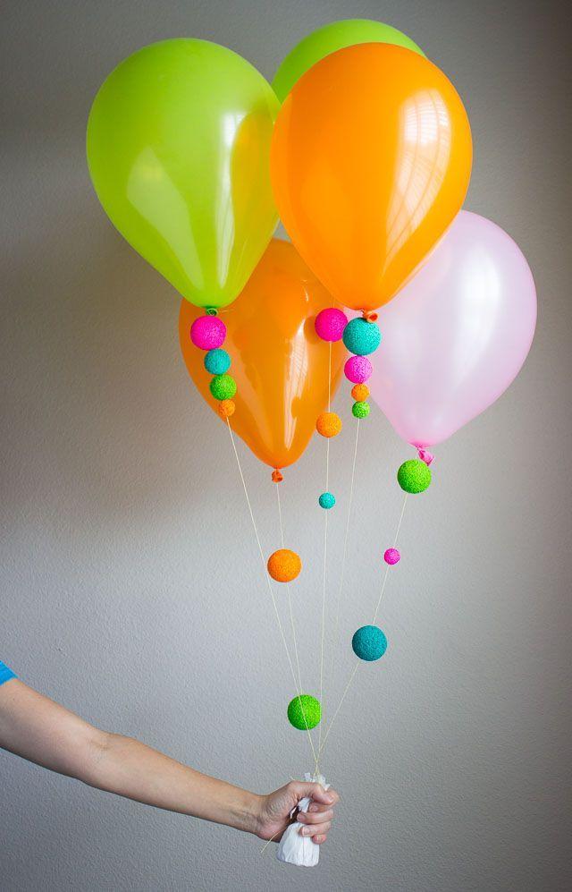 Una divertida forma de decorar globos es sdornando la piola con poliestireno o icopor de colores. #DecoracionGlobos