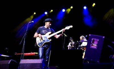 """Açıkhava'da Marcus Miller Fırtınası Esti... Akasya Acıbadem'in bu yıl ikinci kez gösteri sponsorluğunu üstlendiği, İKSV tarafından düzenlenen İstanbul Caz Festivali kapsamında İstanbul'a gelen Grammy ödüllü, bas cambazı Marcus Miller, Cemil Topuzlu Açıkhava Sahnesi'ni dolduran binlerce hayranını coşturdu. """"Afrodeezia"""" albümünden parçalar seslendiren sanatçı, performansıyla izleyenleri büyüledi."""