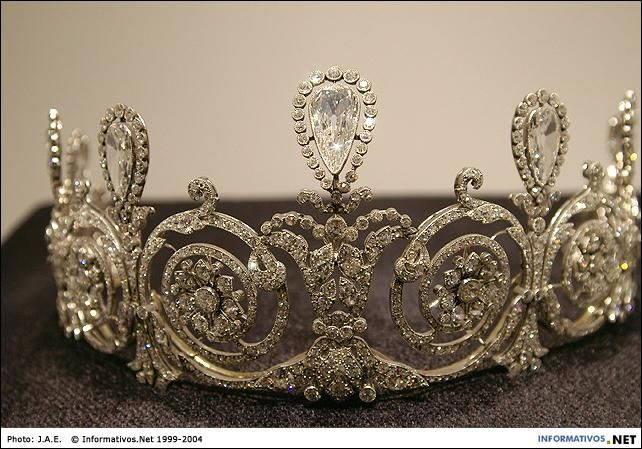 Mary Scott Townsend bought the tiara from Cartier 1905. Then left it to her daughter, Mathilde Townsend Welles in 1931. She in turn left it to her cousin, Thora Ronalds McElroy in 1949. It was bought back by Cartier, via an auction at Sotheby's in 1991
