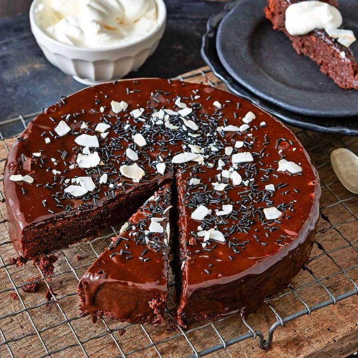 I modevärlden är den lilla svarta ett säkert kort, låt det bli så även i köket. Varför inte börja med Elisabeth Johanssons läckra lakrits-chokladtårta med kokos.
