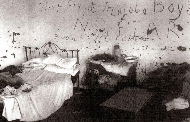 Anglo-Boere Oorlog. Let op die muur. Boere kerf 'Don't forget Majuba boys' op die plaasopstal se muur en Tommies antwoord met 'No Fear'.