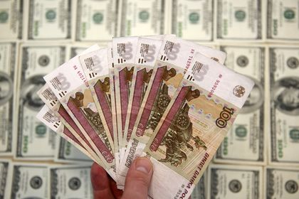 Рублю посулили ослабление почти на 10 процентов       Оптимальный курс российской валюты равен 62 рублям за доллар. В среднем в 2017 году он будет находится на этой отметке. Такое мнение высказал главный валютный стратег датского Saxo Bank Джон Харди. «При этом российская валюта, как и раньше, зависит от нефтяных цен», — констатировал он.