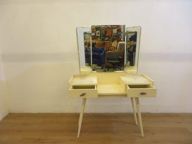 Vintage Kaptafel met 3 delige spiegel en 2 laden. Mooie decoratie op het hout. Diepte 34cm, breedte 92cm, hoogte 72cm