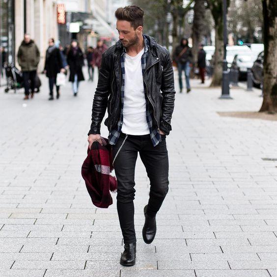 Acheter la tenue sur Lookastic: https://lookastic.fr/mode-homme/tenues/veste-motard-chemise-a-manches-longues-t-shirt-a-col-rond/18386 — T-shirt à col rond blanc — Chemise à manches longues en vichy bleue marine — Veste motard en cuir noir — Écharpe écossais rouge — Jean skinny noir — Bottines chelsea en cuir noires