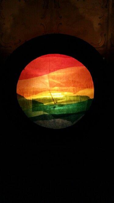 St. Martins Regenbogen Laterne. Einfach runde Pappteller blau bemalen und ein…