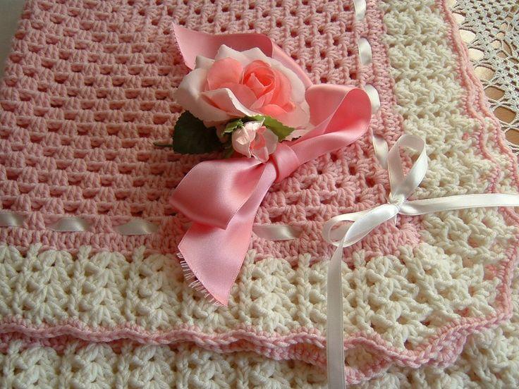 Copertina per bebè eseguita a mano all'uncinetto in pura lana. Accessorio crochet per culla e carrozzina. Su ordinazione.