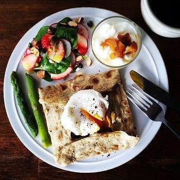メインに据えられているのは、 ほうれんそうとベーコン、チーズとポーチドエッグのガレッド。 今日も一日がんばれそうな、朝ご飯。