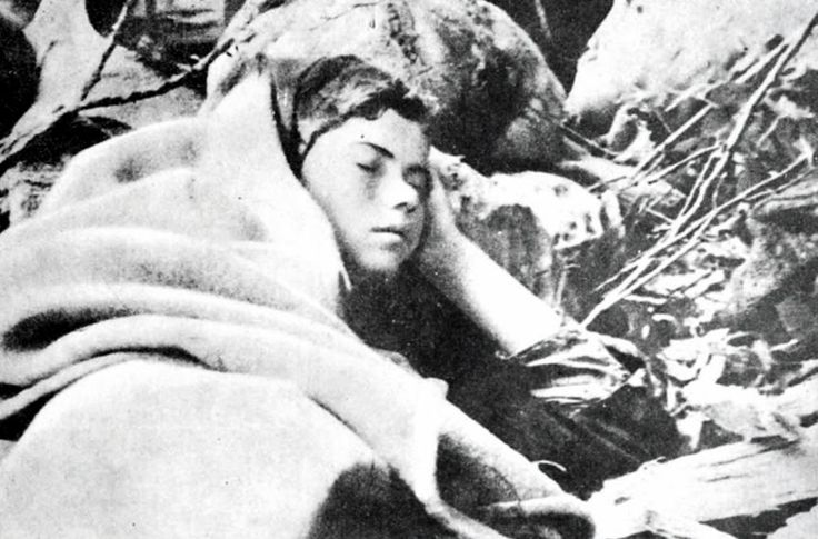 H «βουκολική» φωτογραφία θα μπορούσε να έχει τίτλο «Λίγο πριν από την Aνάσταση». Aλλά περιέχεται στο φωτογραφικό λεύκωμα του Δημοκρατικού Στρατού Eλλάδας με τη λεζάντα: «Λίγα λεπτά ξεκούραση και η μικ