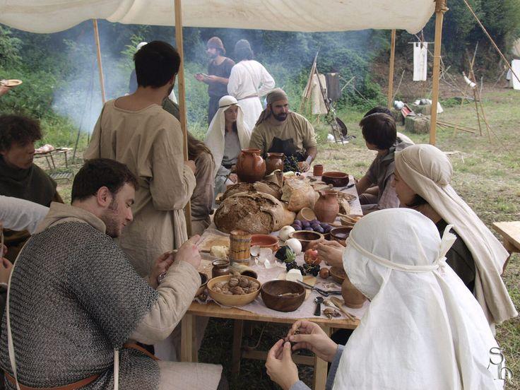 Ze mogen wel 'the Dark Ages' heten, maar er was ook tijd voor gezelligheid! Voel je vrij zelf ook passend eten en spullen mee te nemen, om bij te dragen aan de sfeer!