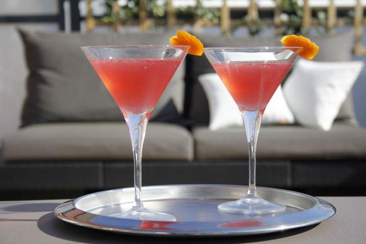 Cosmopolitan (Bij DLDK gebruikten ze geen shaker maar direct in het glas, eerst de dranken, dan ijs, en dan de cranberrysap en als laatste de limoensap.)