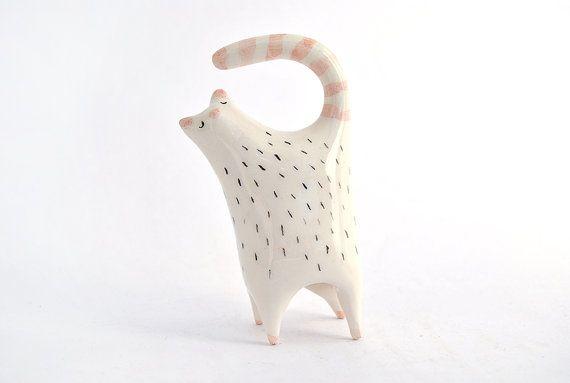 Miniatura Gatito Gordezuelo de Cerámica Blanca Decorado con Pigmentos en Tonos Rosas y Negros. Hecho Por Encargo