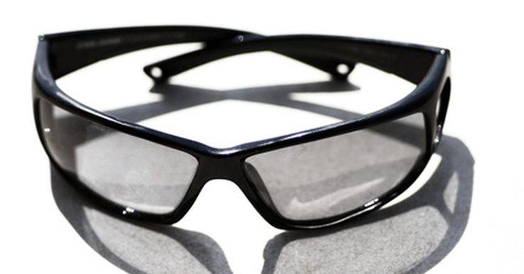 Cómo identificar gafas falsas de Dolce & Gabbana. Dolce & Gabbana es una marca italiana creada por los diseñadores de moda Domenico Dolce y Stefano Gabbana. Esta marca se caracteriza por su atractivo innovador y su imagen única. La línea de moda de Dolce & Gabbana incluye ropa, bolsos, zapatos, gafas de sol y gafas regulares. Las gafas de esta marca se diferencian de las gafas ordinarias por la ...