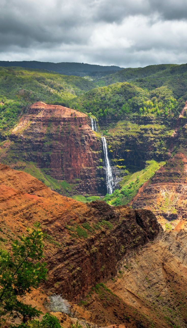 Hawaii needs to be on everybody's bucket list! Read the top things to see while traveling to each of the Hawaiian Islands, including Maui, Kauai, Honolulu, and The Big Island!