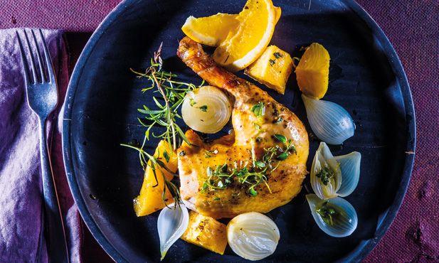 Este delicioso frango à camponês mistura o sabor doce do ananás e dos citrinos. Uma receita de frango assado fácil de preparar e muito suculenta.