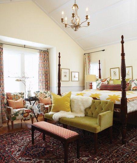 """Chambre principale de la maison de campagne de Sarah Richardon.  """"Le dessus de lit jaune et blanc a inspiré la palette enjouée de la chambre principale. Le majestueux lit à colonnes canalise le déferlement de couleurs et de motifs"""". Photographe: Michael Graydon Source: Maison & Demeure novembre 2010 Design: Sarah Richardson."""