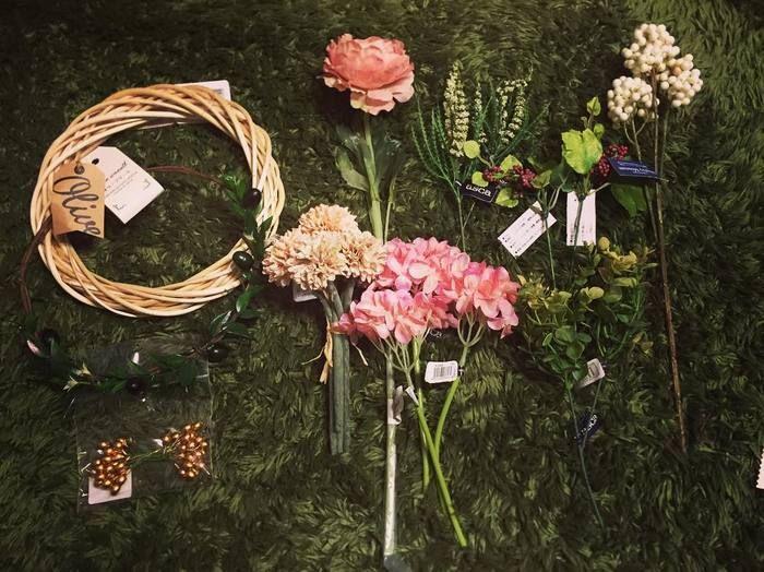 いろいろな種類の造花やリースの土台。実はこれ、全て問屋さんや資材屋さんで手に入る物なんです。ハンドメイドが大好きな人たちは、こんな風に可愛い材料を買い込んでオリジナルの作品作りを楽しんでいます。
