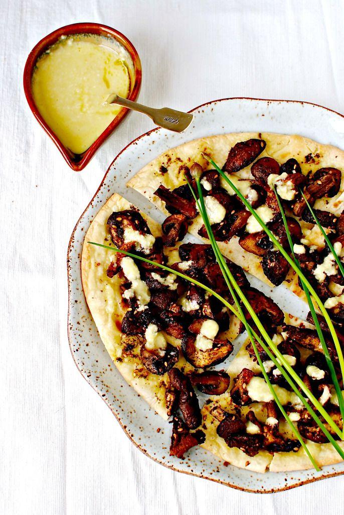 ROASTED MUSHROOM FLATBREAD PIZZAS WITH LEMONY GARLIC SAUCE.  #Vegan