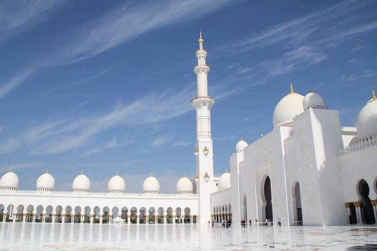 Die Sheikh Zayed Moschee in Abu Dhabi – ein Traum in Weiß