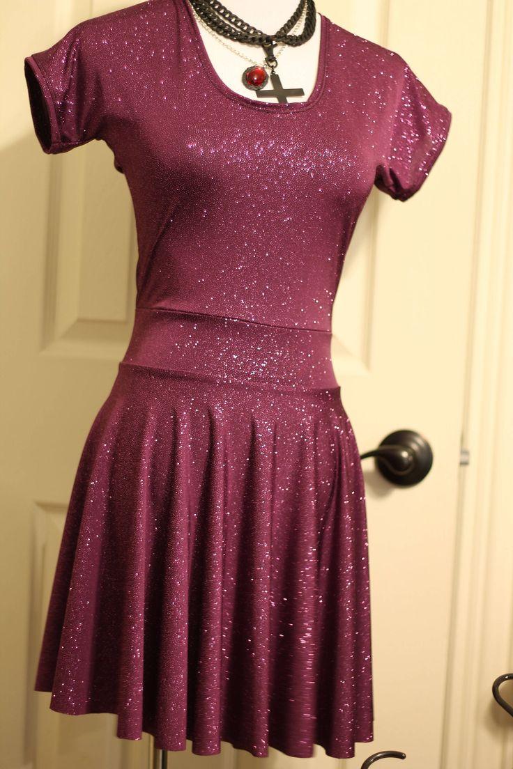 VENTA DE MUESTRA (LISTO PARA ENVIAR)  Este mini vestido es hecho a mano desde cero de spandex brillo púrpura oscuro y ajuste. Estilo de patinador. Manga corta. Medidas 24-26 de axila para dobladillo. Disponible en tamaño pequeño solamente (gráfico de tallas en la última foto). Si tienes alguna pregunta no dude en preguntar o consultar que mi tienda directivas de página.  Para obtener más información como me Facebook o Sígueme en Instagram! http://Facebook.com/kristnicoleclothin...