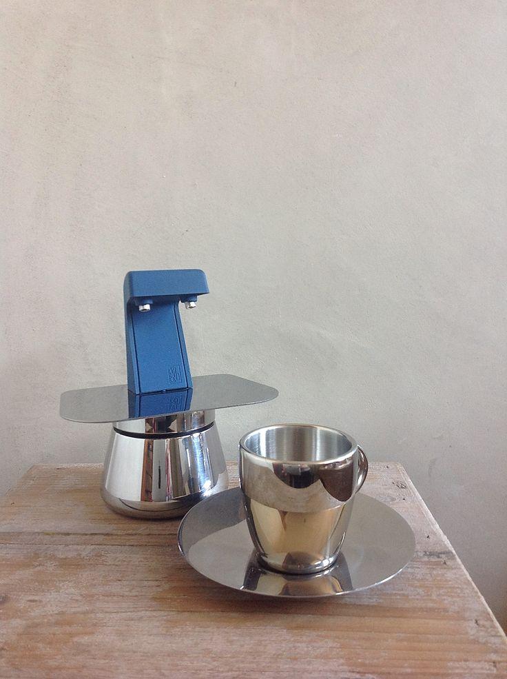 Espressomachine Guido Bergna, 1980, Italiaans  Een schitterend vintage Italiaans espressomachine, gemaakt door GB (Guido Bergna Fonderie).  Het heeft een roestvrij stalen behuizing met een blauw hittebestendig kunstof element. Het werkt als volgt: vul de onderkant met water en vul de filter met koffie. Schroef het bovenste gedeelte erop en zet hem op het fornuis. Binnen een paar minuten borrelt uit de tuiten koffie voor twee espresso kopjes.