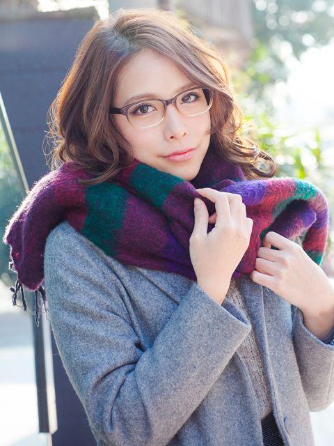 着替える眼鏡女子 ALOOKさんの眼鏡の広告です。