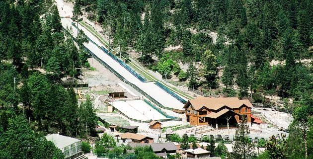 Para esquiar en México: Bosques de Monterreal. Esquiar en México puede parecer un sueño inalcanzable si pensamos en las condiciones climatológicas de nuestro país. Sin embargo, en el estado de Coahuila hay un sitio que puede considerarse como el primer centro de esquí con pistas artificales en México. ¡Descúbrelo!