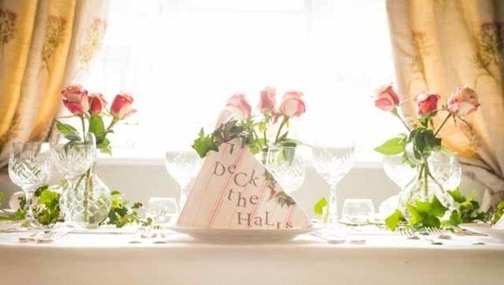 Dekoracje stołu wigilijnego, ozdoby na stół wigilijny, zastawa stołowa. Zobacz więcej na: https://www.homify.pl/katalogi-inspiracji/13219/pomysly-na-stol-wigilijny