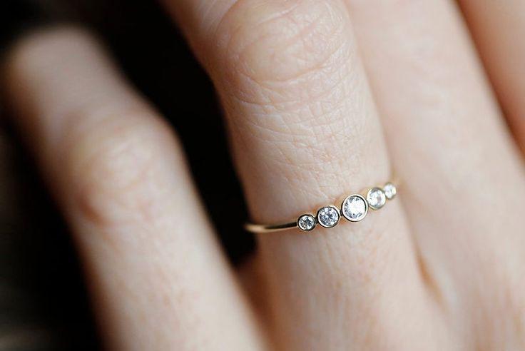 Är du en av dem som tycker att less is more när det gällerförlovningsringar? Låt dig inspireras av de här delikata kärleksbanden i guld och diamanter.  Smaken är, som allt...