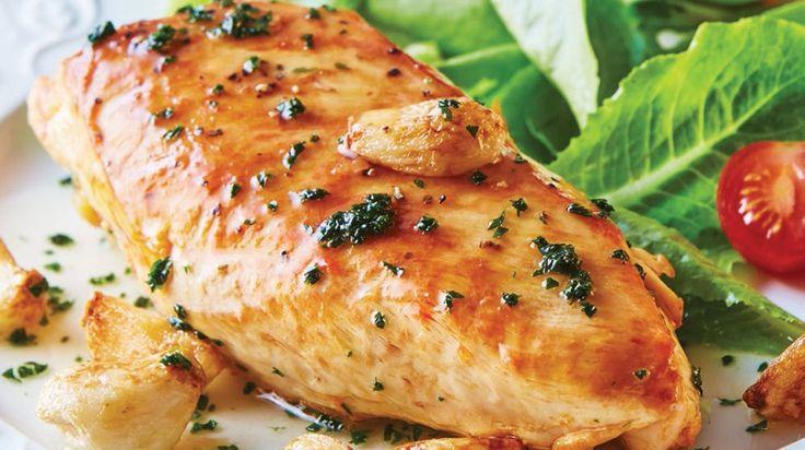 Con tan pocos ingredientes podrás disfrutar de una nueva receta: Pechuga de pollo al ajo y vino blanco. ¡Buen provecho!