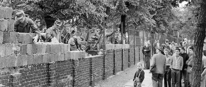 Construction du mur de Berlin en 1961.