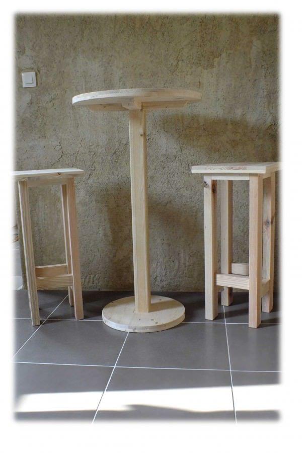 Bar table & stools made from repurposed pallet wood. Cette table et ces tabourets sont fabriqués avec du bois de palette. Le bois est resté brut.