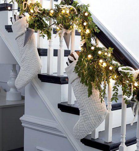Déco de Noël : une rampe d'escalier habillée de chaussettes blanches