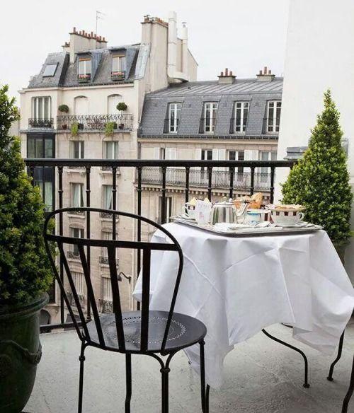 #Balcon parisien avec #chaise #noire #Fermob #Louvre couleur #Réglisse www.fermob.com / #balcony