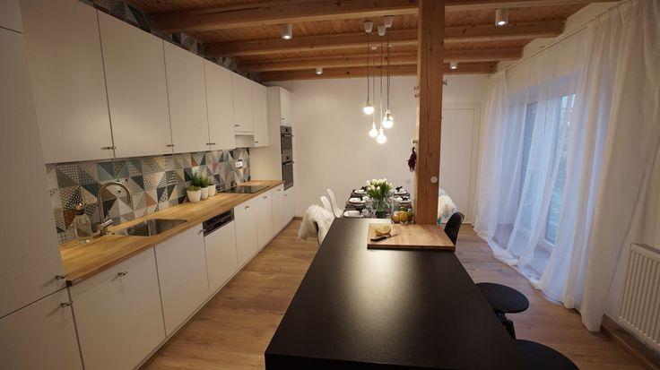 Kuchyňská a jídelní část po proměně - ostrůvek nabízí další pracovní plochu i úložné prostory, poslouží i jako bar.