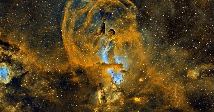 O que está acontecendo na Nebulosa NGC 3582? Estrelas brilhantes e moléculas interessantes estão se formando. A complexa nebulos...