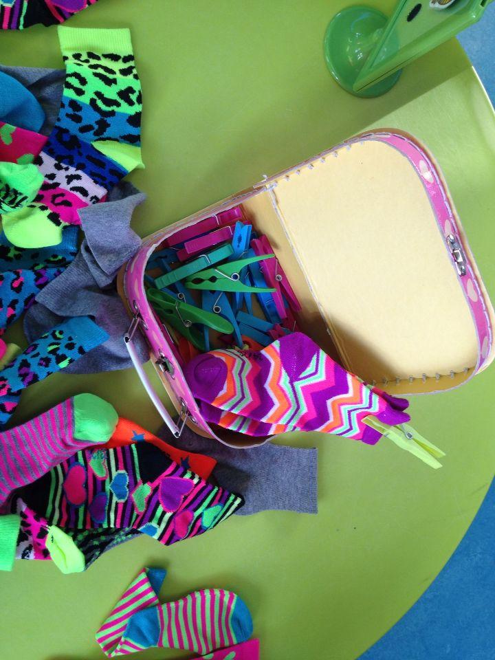 Thema kledij/schoenen/sokken: zoek dezelfde kousen bij elkaar en hang ze samen met een wasknijper.
