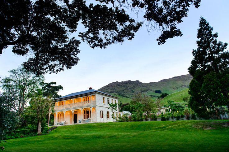В главном здании усадьбы имеются пять роскошных спален, просторная столовая, уютная гостиная и обширная библиотека.   Усадьба Аннандейл - Крайстчерче   Ahipara Luxury Travel New Zealand #новаязеландия #туры #туроператор