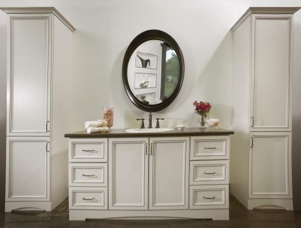 Vanité en polyester crème antique, rangement accru grâce à ses 2 grandes armoires.