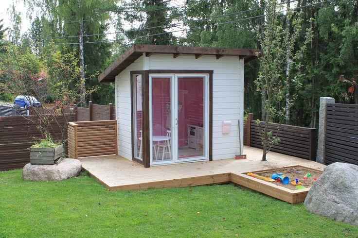 Pieni, moderni leikkimökki // Kaiken leikkimökki- ja pihahaaveilun päätteeksi meidän oma leikkimökki ja hiekkalaatikko ovat valmiit. Tavoitteena oli valmismalleja pienempi, moderni leikkimökki, joka sopii talon yhteyteen ja sellaisen puuseppä meille toteutti.  #leikkimökki #lekstuga #playhouse #kidsplayhouse