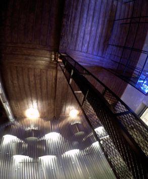 Τοίχος - φωτιστικό και μεταλλικά δικτυώματα σε αναπαλαιωμένο κτίριο café bar. Δείτε περισσότερα έργα μας στο  http://www.artease.gr/interior-design/emporikoi-xoroi/