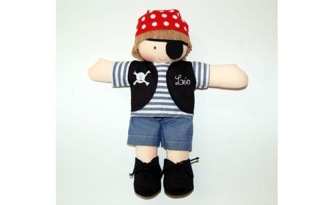 O boneco pirata recepciona os convidados com tom divertido. Confeccionado em tecido 100% algodão pelo Ateliê Pontinhos Mágicos