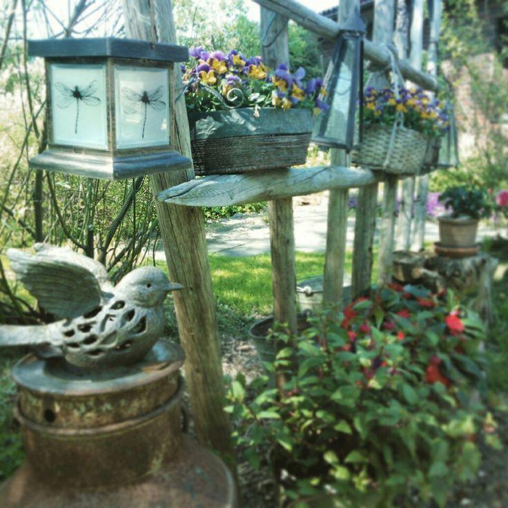 Heinäseipäät äidin puutarhassa.