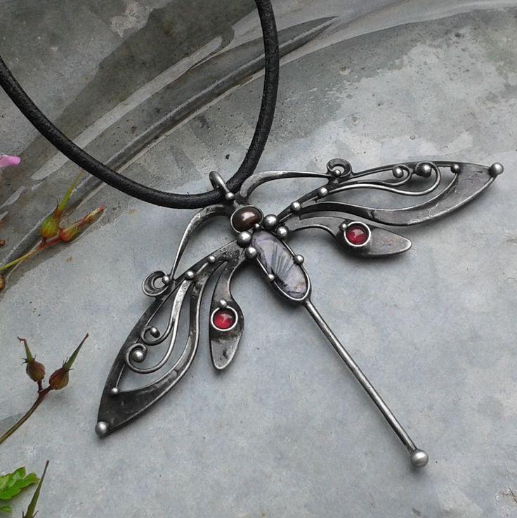 Noční... Šperk je vyroben z cínu, čaroitu a dvou granátků. Velikost šperku je 10 x 8 cm. Šperk je zavěšen na koženém řemínku délky 45 cm, který je zakončen ručně vyrobeným zavíráním. Délku řemínku mohu na přání upravit. V případě, že by Vám nevyhovoval kožený řemínek, mohu Vám nabídnout buď ručně vyrobený řetěz délky 40 - 90 cm, nebo bižuterní ...