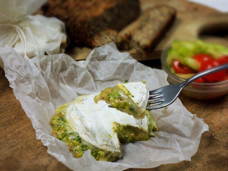 Rozpečený Hermelín s brokolicí a ořechy