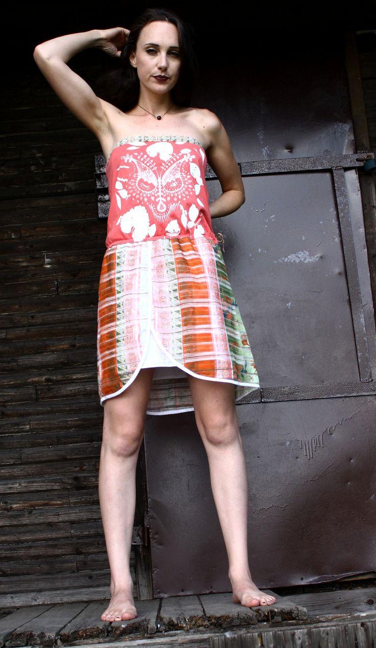 Šaty s líškou Výrazné letné šaty, sú ušité z kombinácie bavlny a polyesteru . Na prednej strane je technikou sieťotlače vytlačený autorský motív. Šaty sa v páse sťahujú šnúrkou, v hornej časti je natiahnutá guma, takže sadnú na postavu. Spodná časť sukne je olemovaná šikmý pásikom a podšitá spodničkou. Dĺžka šiat je 80 cm Veľkosť:36-38