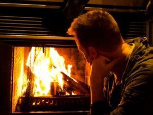 Можно ли топить в камине углем? Каки последствия нас ждут, если топить некачественными дровами? Об этом мы сегодня и поговорим...  kominek 300x225В камине надо топить дровами. Лучше всего - это дрова лиственных пород деревьев. Самыми эффективными считаются граб, бук, береза. Дуб можно подмешивать, поскольку он дает более высокую температуру горения.