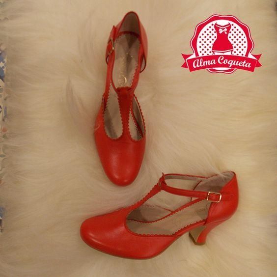 Zapatos rojos de corte retro, con tacón medio. Comodísimos para tu día a día #moda #zapatos #fashion #retro #rojo #almacoqueta #leonesp #verano
