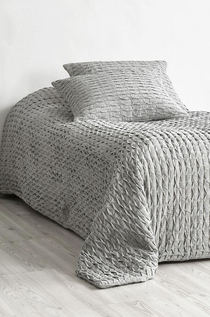 Nyt et rustikt og elegant sengeteppe i forseggjort bomullsstoff. Materiale: Stoff 100% bomull, stopp 100% polyester. Størrelse: 180x260 cm. Beskrivelse: Vattert sengeteppe for enkeltseng. Vendbart med foldet overside og glatt bakside. Vedlikeholdsråd: Håndvask. Tips & Råd: Skap ro rundt sengen og match det grå sengeteppet med tekstiler i varme farger.