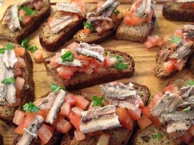 Bruschetta met tomaat en sardines